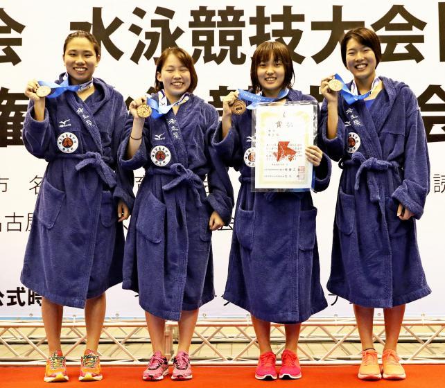 競泳女子400メートルリレーで3位になった埼玉栄の選手たち ©読売新聞社