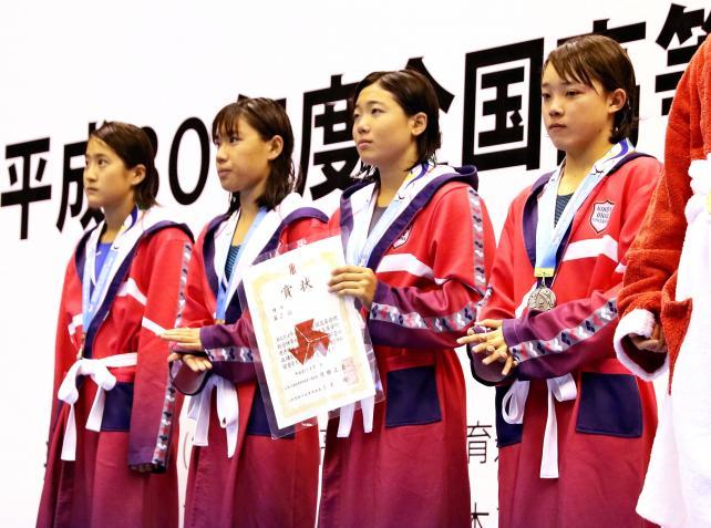 競泳女子400メートルリレーで準優勝した日大藤沢の選手たち ©読売新聞社