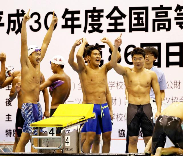 競泳男子400メートルリレーで優勝し喜ぶ日大豊山の選手たち ©読売新聞社