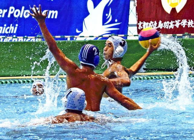 水球で、相手ゴールを狙う福岡工の清水賢一郎 ©読売新聞社