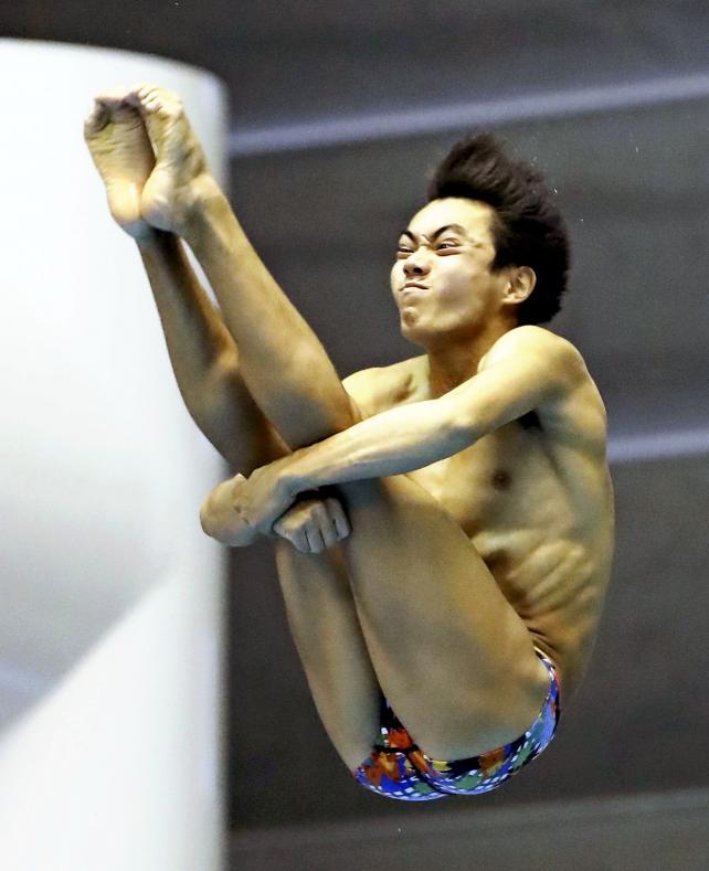 男子飛び板飛び込みで優勝した桃山学院の西田玲雄 ©読売新聞社