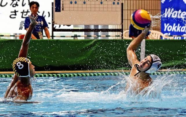 水球で、ゴールを決める柴田の大野佑太 ©読売新聞社