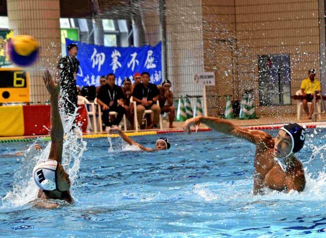水球で、果敢にゴールを狙う山形工の本田悠 ©読売新聞社