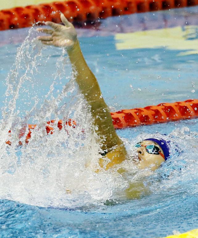 競泳男子200メートル背泳ぎで優勝した常翔学園の奈須一樹 ©読売新聞社