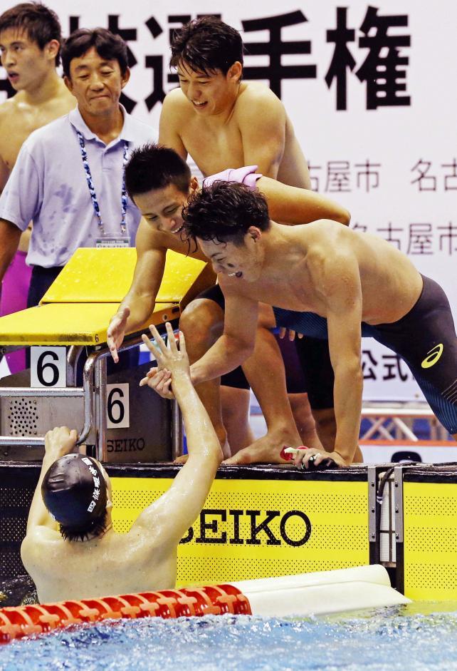 競泳男子800メートルリレーで優勝し、仲間と喜び合う日大豊山の選手たち ©読売新聞社