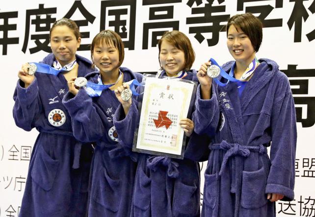 競泳女子800メートルリレーで準優勝した埼玉栄の選手たち ©読売新聞社