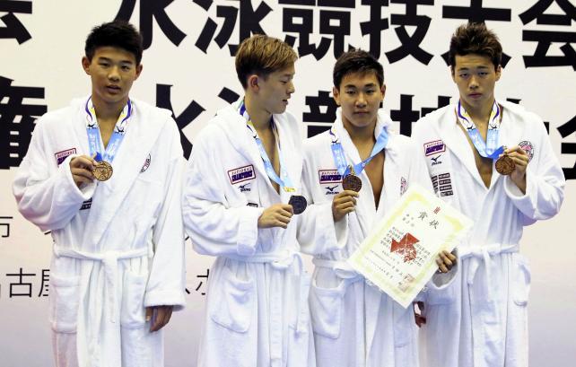 競泳男子400メートルメドレーリレーで3位に入った日大豊山の選手たち ©読売新聞社