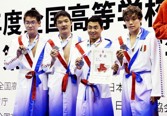 競泳男子400メートルメドレーリレーで準優勝した中京大中京の選手たち ©読売新聞社