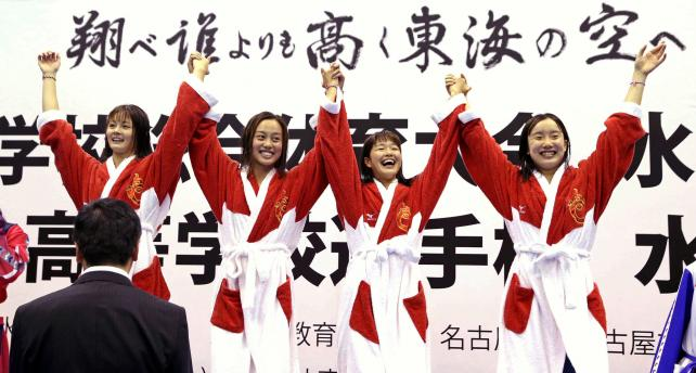 競泳女子400メートルメドレーリレーで優勝した豊川の選手たち ©読売新聞社