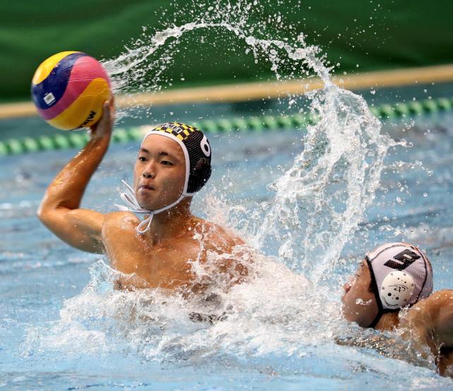 水球決勝、マークをかいくぐってゴールを狙う秀明英光の千歳龍人 ©読売新聞社