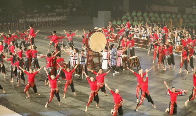 総合開会式で和太鼓の演奏を披露する高校生たち(27日午前、鹿児島市の鹿児島アリーナで)=秋月正樹撮影