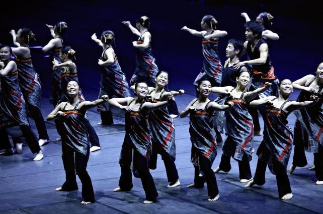 総合開会式で創作ダンスを披露する高校生たち(27日午前、鹿児島市の鹿児島アリーナで)=秋月正樹撮影