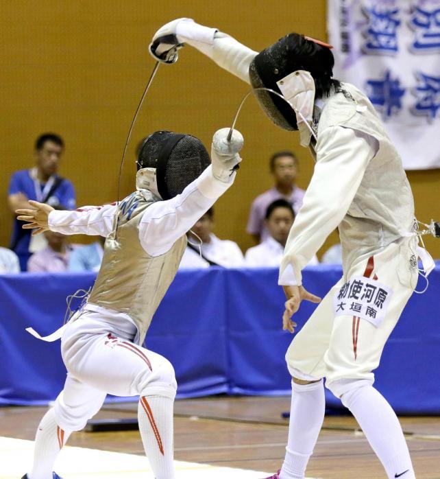 フェンシング男子フルーレ決勝 優勝した龍谷大平安の飯村一輝(左)(28日、霧島市牧園アリーナで)=秋月正樹撮影