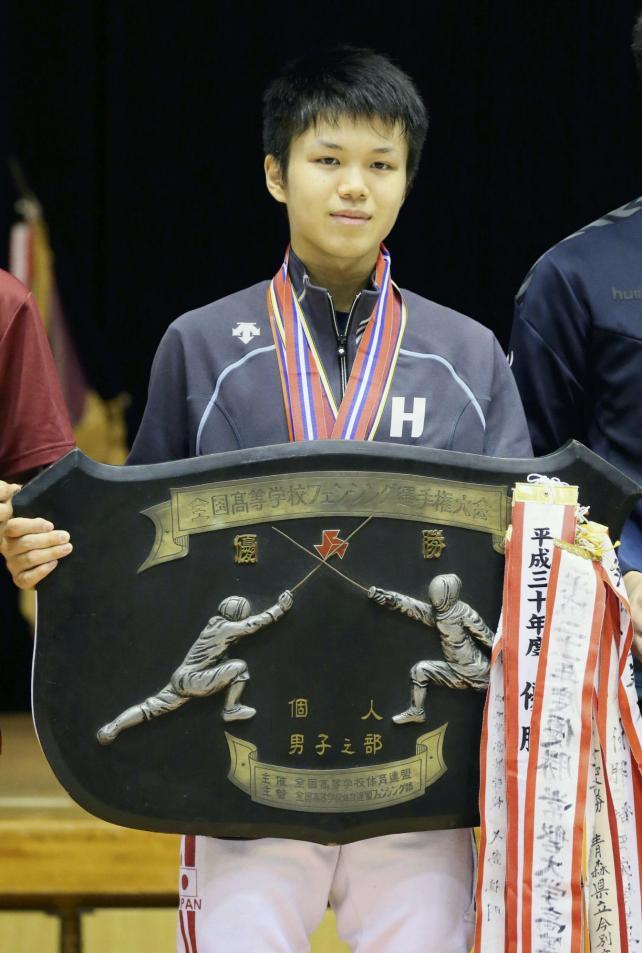 フェンシング男子フルーレで優勝した龍谷大平安の飯村一輝選手(28日、霧島市牧園アリーナで)=秋月正樹撮影