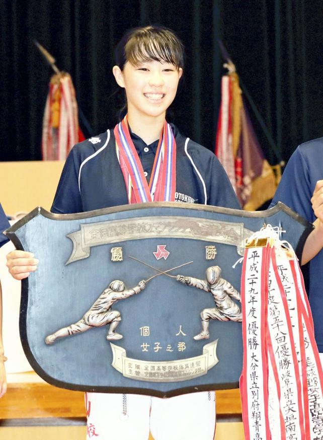 フェンシング女子フルーレで優勝した乙訓の竹山柚葉選手(28日、霧島市牧園アリーナで)=秋月正樹撮影