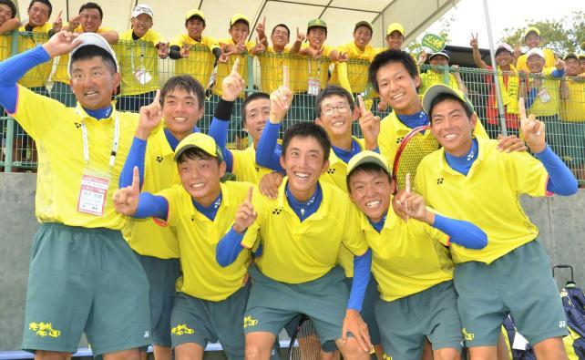 ソフトテニス男子団体で優勝した尽誠学園の選手ら(28日、宮崎市で)=小沢理貴撮影