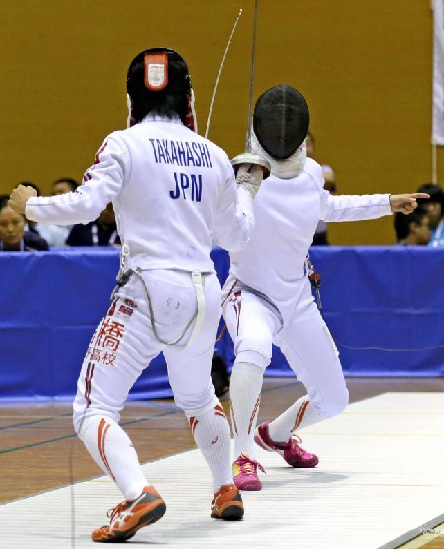女子エペ決勝、与野の選手を攻める乙訓の寺山珠樹選手(右)