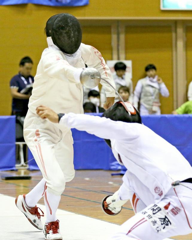 男子エペで準優勝した王子総合の松本龍選手(左)