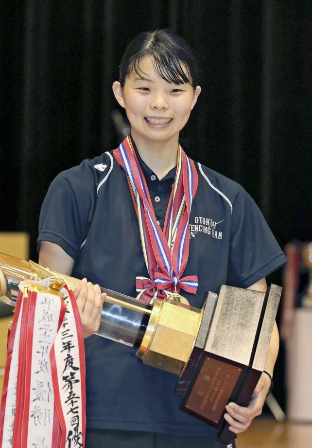 女子エペで優勝した乙訓の寺山珠樹選手