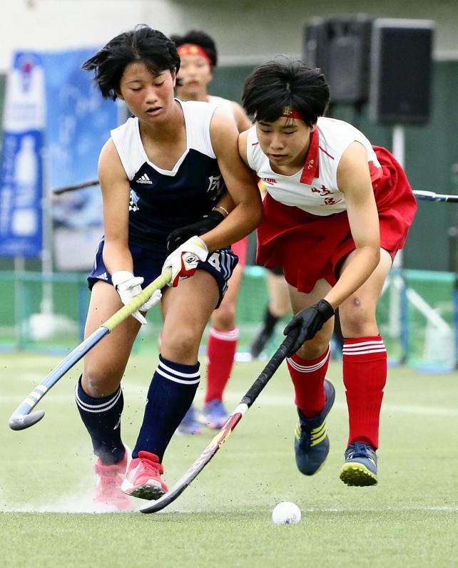 果敢に攻め込む岐阜各務野の杉山朋香選手(右)