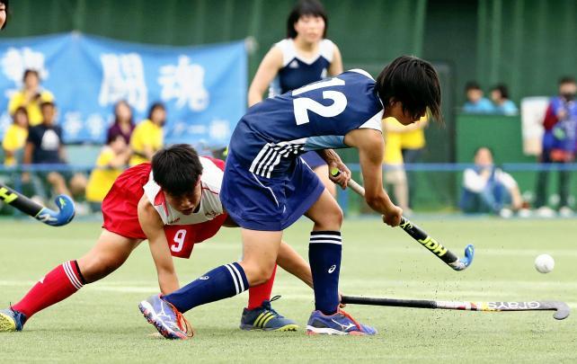 対今市戦、激しくボールを奪い合う岐阜各務野の五島希選手(左)