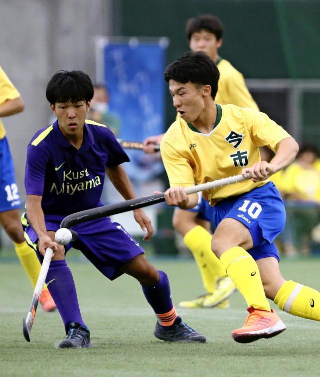 対玖珠美山戦、ゴール前に攻め込む今市の和田公志選手(右)