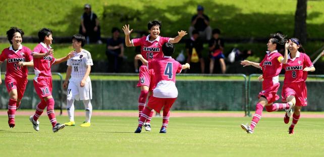後半、ゴールを決め喜ぶ聖和学園の櫨川結菜選手