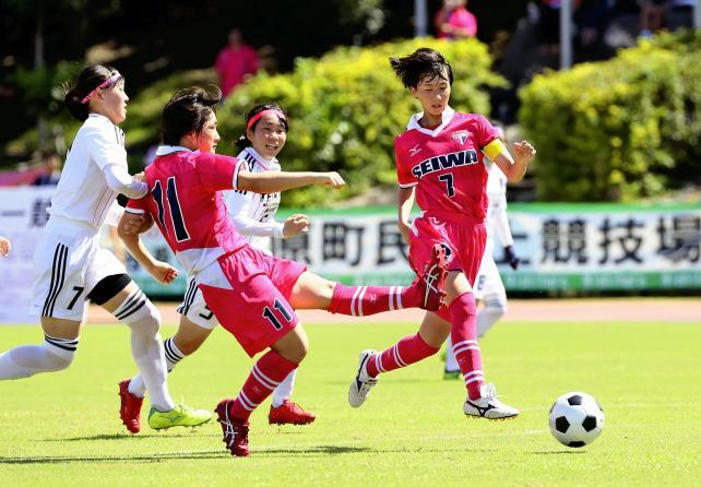 前半、シュートを放つ聖和学園の桜庭琴乃選手(左から2人目)