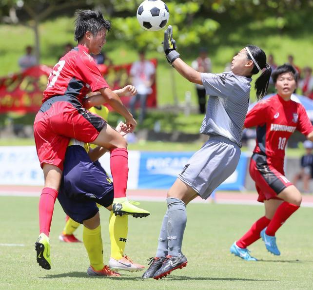 後半、ゴール前で競り合う日ノ本学園の栗田そら選手(左)