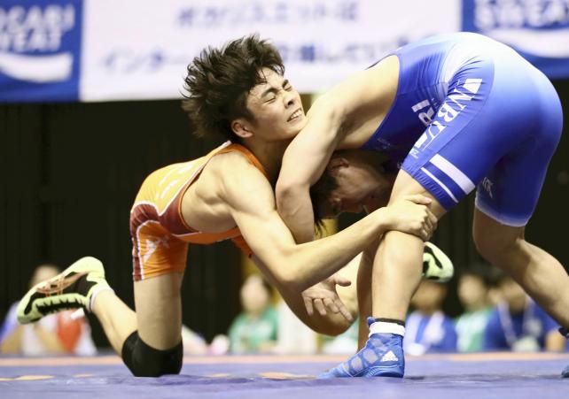 日本文理大付戦、相手選手を攻める島原の内野浩聖選手