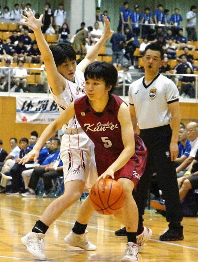 23得点を挙げた大阪薫英女学院の福田希望選手(中央)