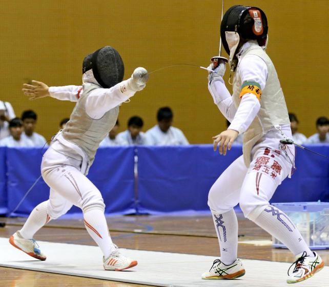 女子団体決勝で、埼玉栄の選手を果敢に攻める聖霊女短大付の土佐千乃選手(左)