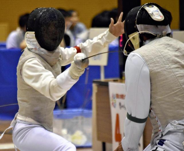 男子団体戦で攻め込む松任の浅井選手(左)