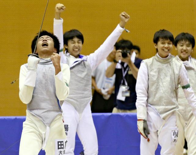 フェンシング男子団体で優勝し、喜ぶ大垣南の選手たち