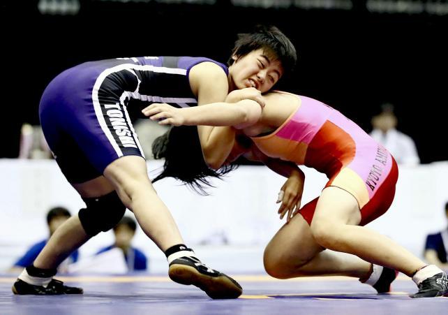 女子47キロ級 相手の攻めを必死にかわす都城西の河野愛琳選手(左)