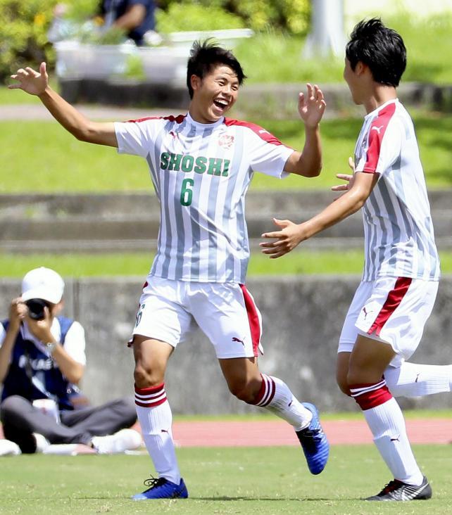後半、ゴールを決め喜ぶ尚志の福田隼也選手(左)