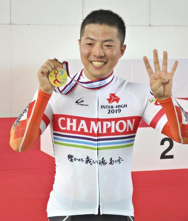 メダルを手に喜ぶ科学技術の市田龍生都選手