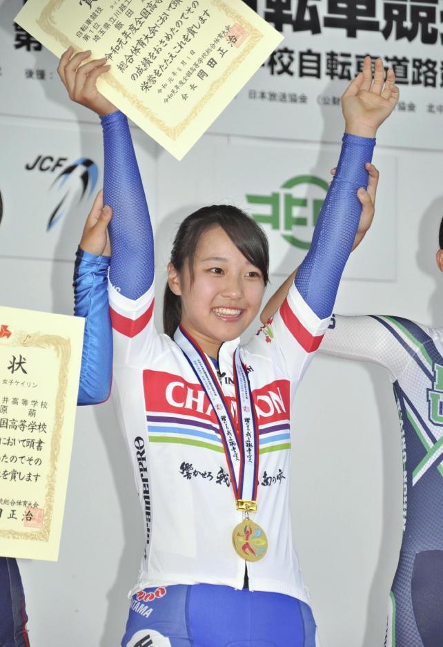 表彰式で笑顔の女子ケイリンを制した飯田風音選手