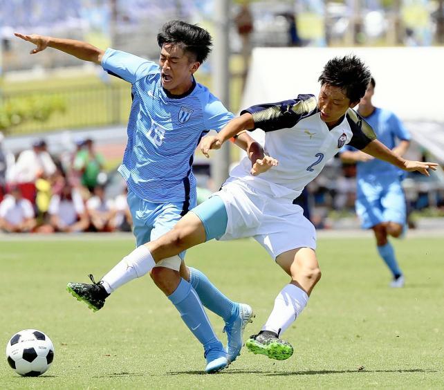 前半、激しく競り合う桐光学園の西川潤選手(左)と富山第一の中園享成選手
