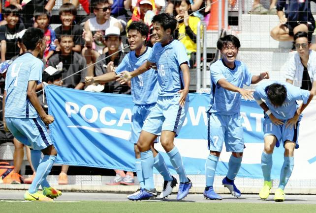 優勝を決め、喜ぶ桐光学園の選手たち