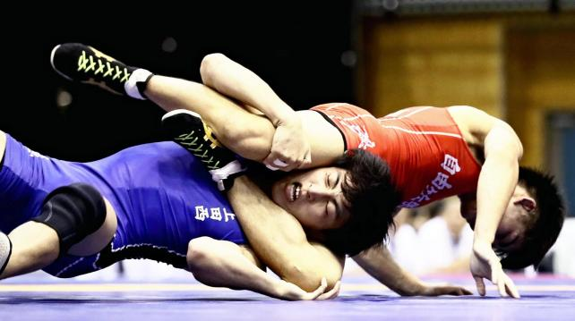 男子55キロ級で優勝した上田西の佐々木風雅選手(左)