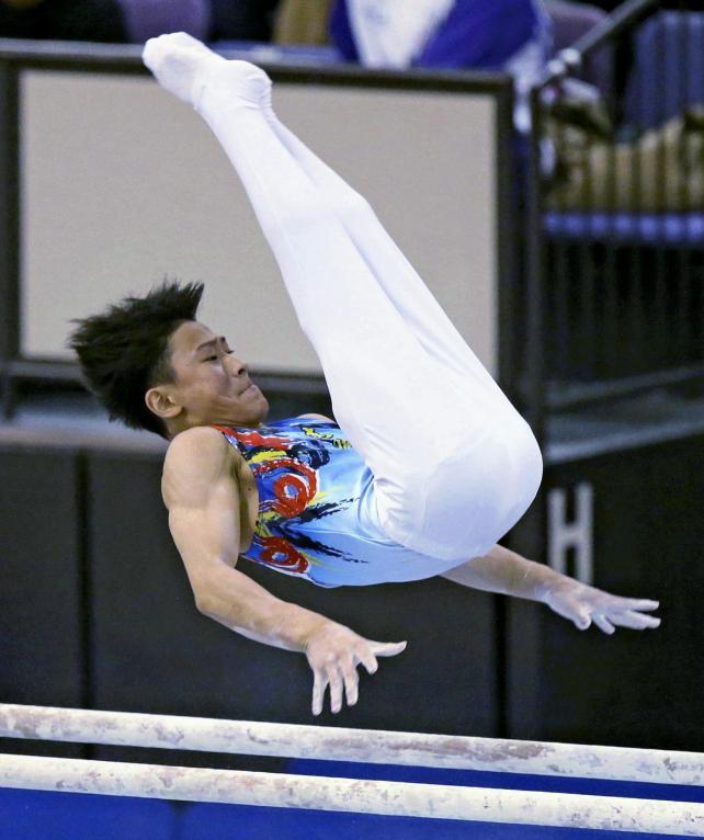 体操男子個人で優勝した清風・北園丈琉の平行棒の演技