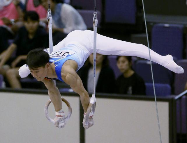 男子個人総合で優勝した清風・北園丈琉のつり輪の演技