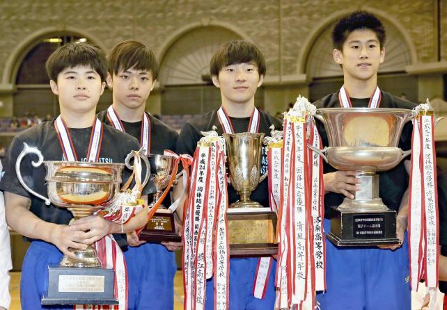 体操男子団体で優勝した市船橋の選手たち