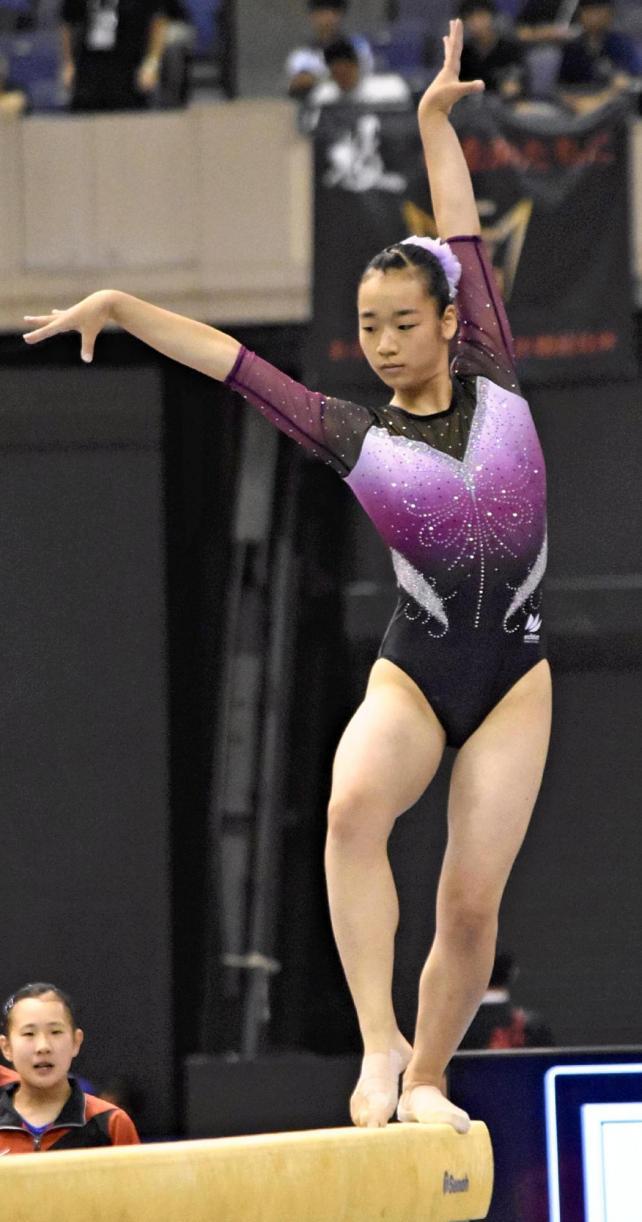 種目別平均台の演技をする和歌山北の檜木胡乃華選手