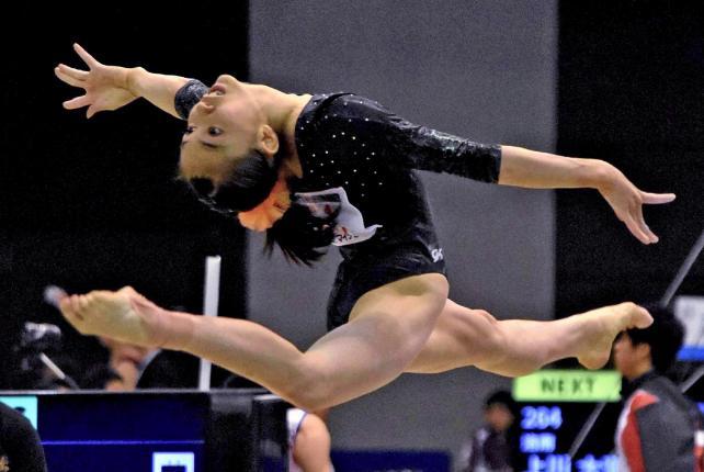 体操女子団体でゆかの演技をする常盤木学園の三上明日香選手