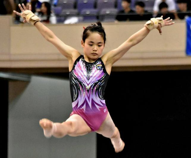 平均台でダイナミックな演技を披露する大町岳陽の国府方杏月選手