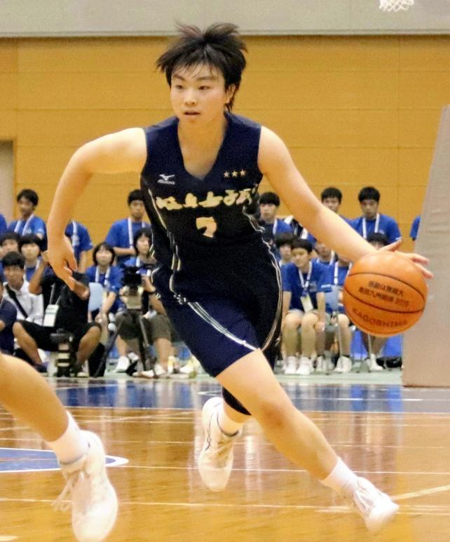 果敢にドリブルで攻め込む岐阜女の藤田選手