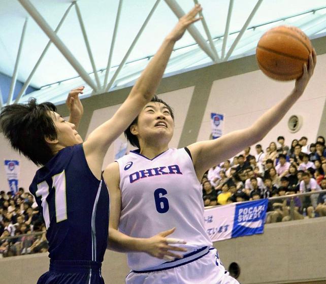 ドリブルで切り込んでシュートを放つ桜花学園の岡本美優(右)