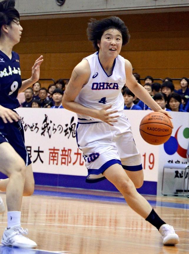 ドリブルで攻め込む桜花学園の平下愛佳選手(右)